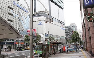 上野広小路駅のA4出口を出て、真っ直ぐ進みます。左手に松坂屋とPARCOが見えます